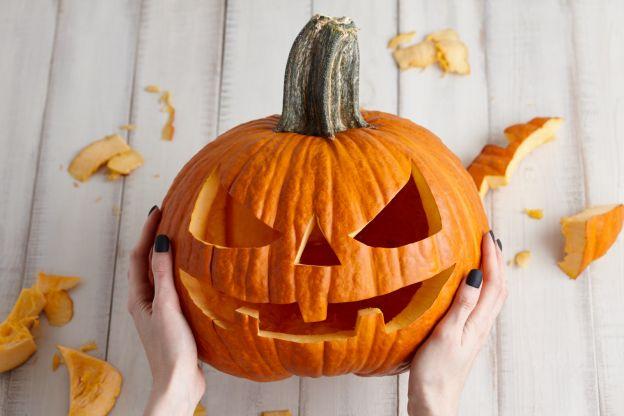 Zucche Di Halloween Terrificanti.Come Fare Una Zucca Ghignante Per Illuminare La Notte Di Halloween