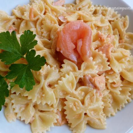 Pasta fredda con salmone, pomodorini e rucola