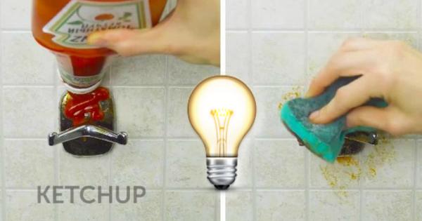 Mette del ketchup sul porta asciugamano e passa una spugna - Spugna per pulire bagno ...