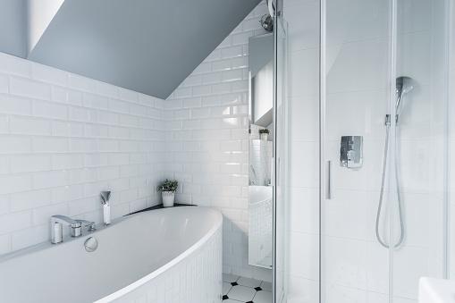 Come pulire una vecchia vasca da bagno (o un lavandino) in porcellana