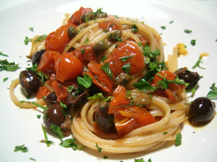 Spaghetti alla puttanesca e rigatoni alla zozzona la for Spaghetti ricette